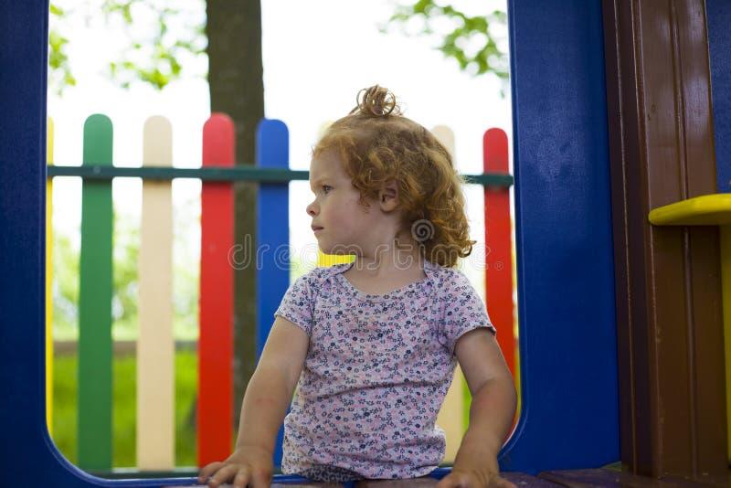 Weinig mooi meisje wordt gespeeld op de speelplaats royalty-vrije stock foto's