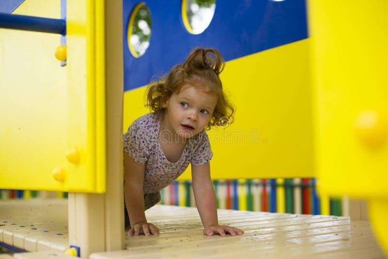 Weinig mooi meisje wordt gespeeld op de speelplaats stock fotografie