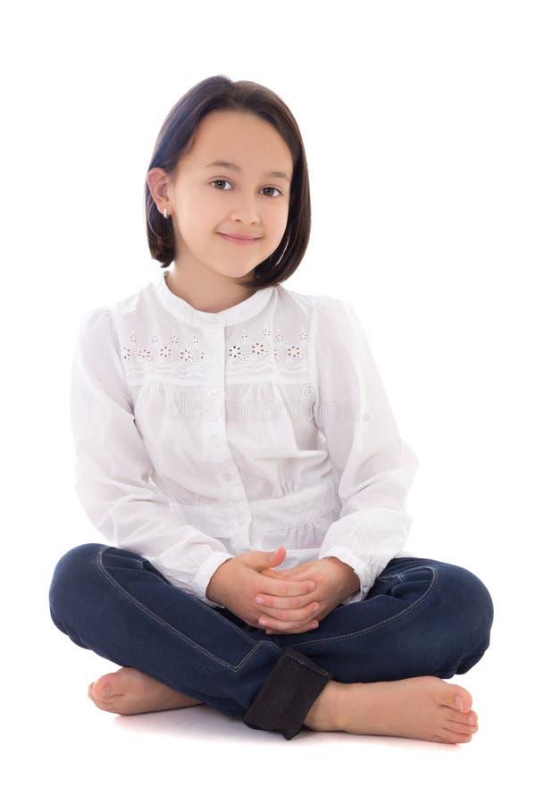 Weinig mooie die meisjeszitting op wit wordt geïsoleerd stock afbeeldingen