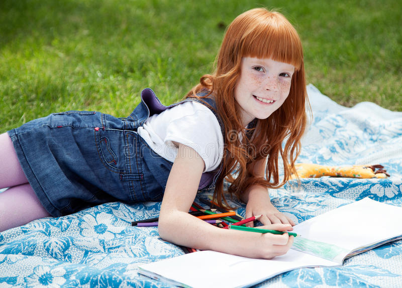Weinig mooie het glimlachen meisjestekening stock fotografie
