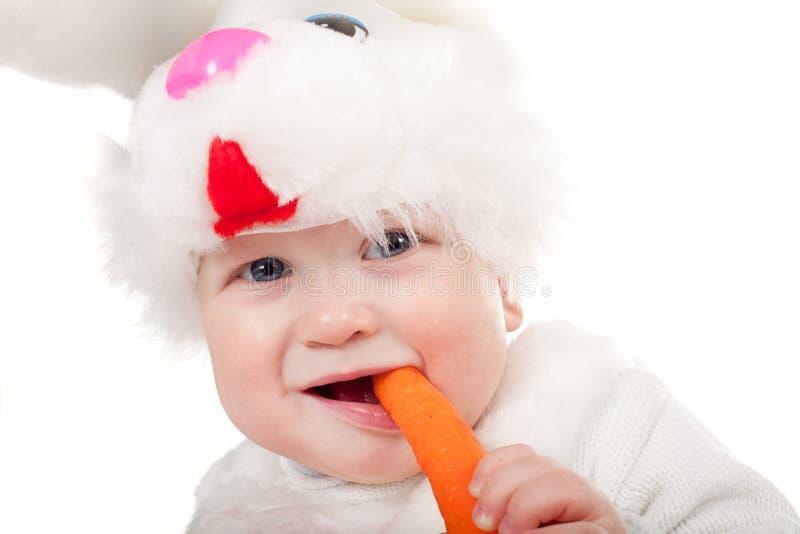 Weinig mooie jongen in konijnkostuum met wortel royalty-vrije stock foto's