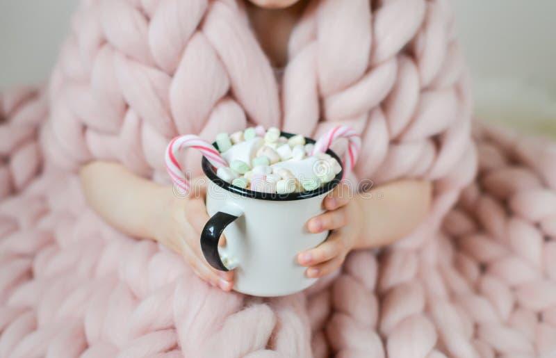 Weinig Mooie Kaukasische Kop van de Meisjesholding met Hete Chocolade die op Kerstmis en Nieuwjaar, Merinos Wollen Algemene Paste stock afbeelding