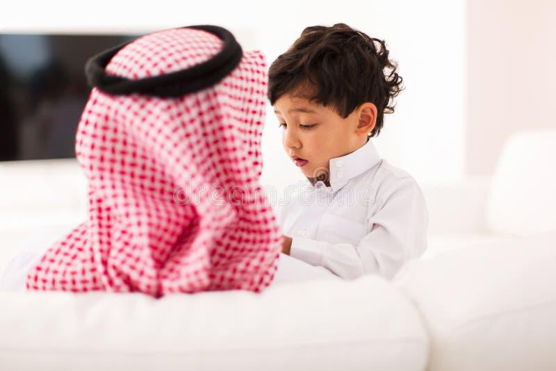 Weinig moslimjongensvader royalty-vrije stock afbeelding