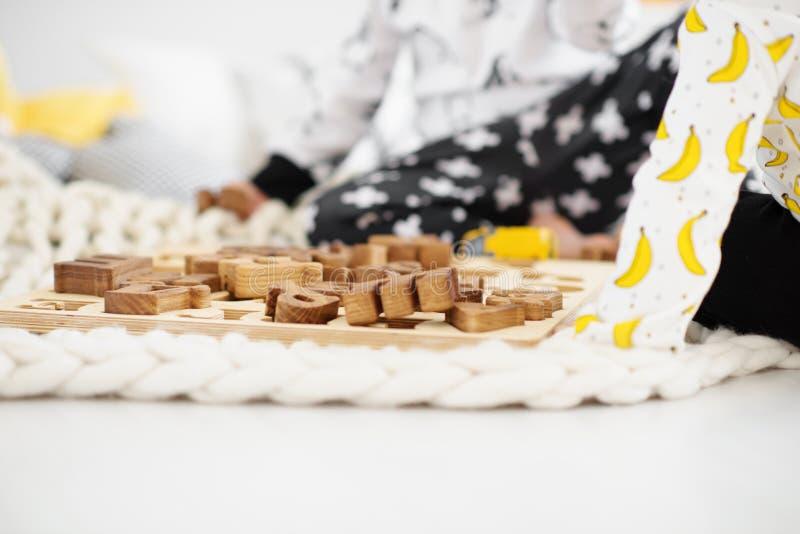 Weinig peuter die met houten stuk speelgoed spelen royalty-vrije stock foto's