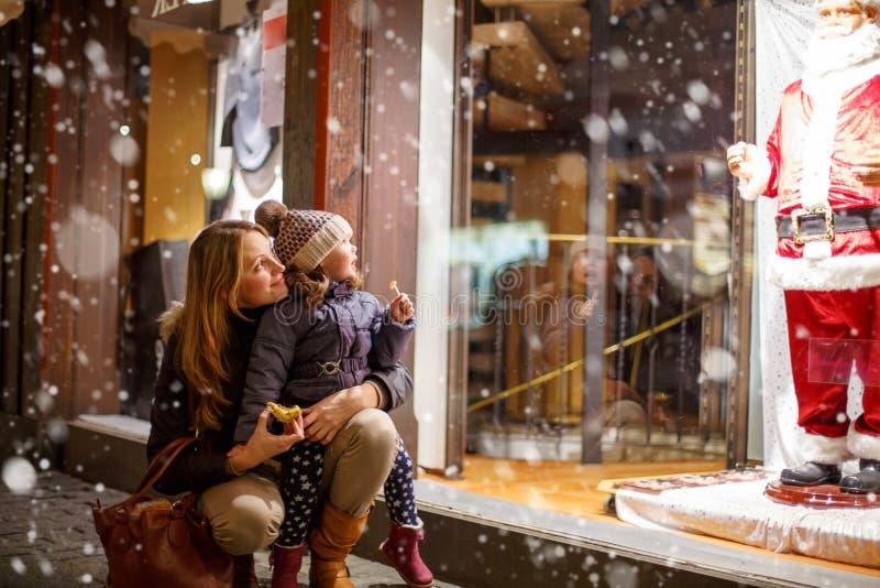 Weinig peutermeisje met moeder op Kerstmis royalty-vrije stock foto's
