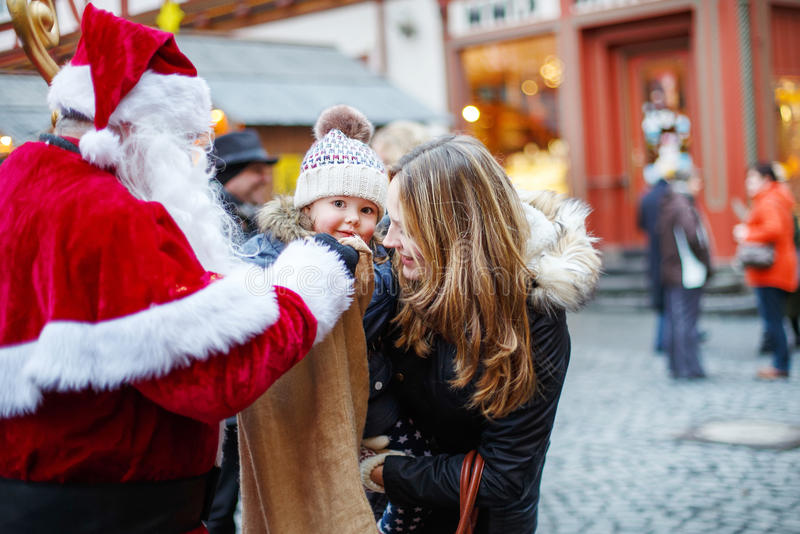 Weinig peutermeisje met moeder op Kerstmismarkt royalty-vrije stock fotografie