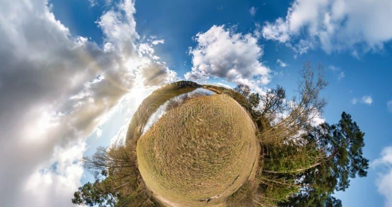 Weinig planeettransformatie met kromming van ruimte Sferische lucht 360 bekijken panorama op de kust van meer in de zonnige zomer royalty-vrije stock afbeeldingen