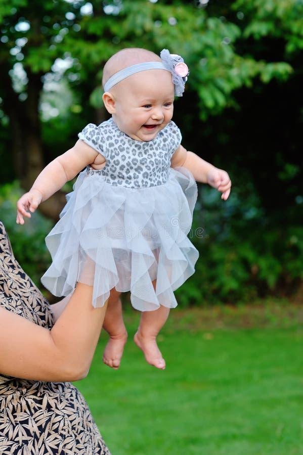 Weinig Portret van het Babymeisje openlucht stock afbeelding