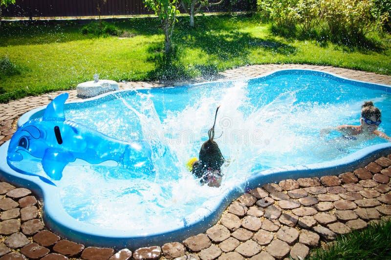 Download Weinig Pretmeisje Is Sprong En Zwembad In De Zomer Stock Afbeelding - Afbeelding bestaande uit gezond, leisure: 107705513