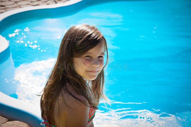 Download Weinig Pretmeisje Is Zwembad Stock Foto - Afbeelding bestaande uit vreugde, mensen: 107705182