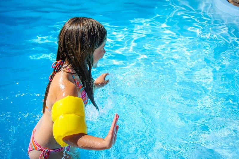 Download Weinig Pretmeisje Is Zwembad Stock Afbeelding - Afbeelding bestaande uit weinig, vrolijk: 107705223