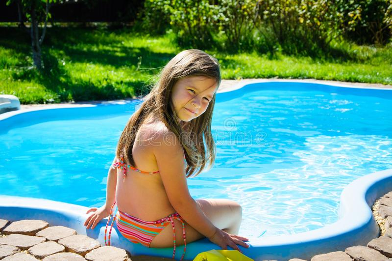 Download Weinig Pretmeisje Is Zwembad Stock Afbeelding - Afbeelding bestaande uit wijfje, mooi: 107705231