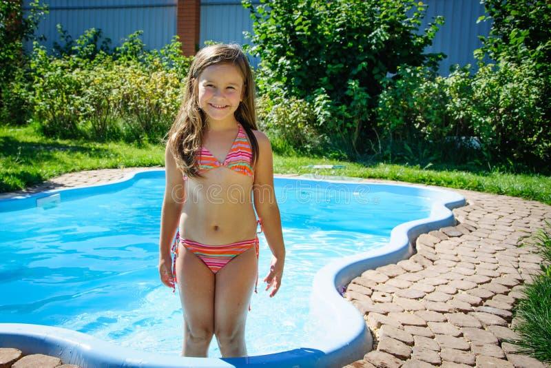 Download Weinig Pretmeisje Is Zwembad Stock Foto - Afbeelding bestaande uit kinderjaren, grappig: 107705232