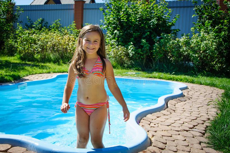 Download Weinig Pretmeisje Is Zwembad Stock Foto - Afbeelding bestaande uit activiteit, kaukasisch: 107705254