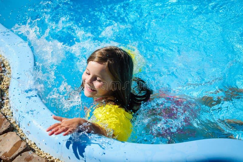 Download Weinig Pretmeisje Is Zwembad Stock Afbeelding - Afbeelding bestaande uit mooi, heet: 107705391