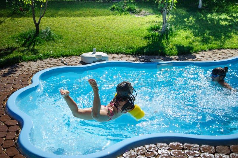 Download Weinig Pretmeisje Is Zwembad Stock Foto - Afbeelding bestaande uit wijfje, activiteit: 107705416