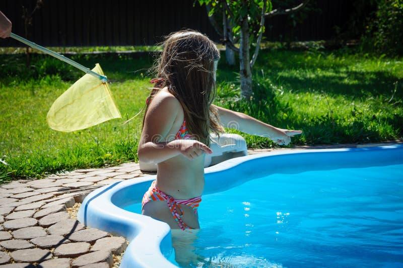 Download Weinig Pretmeisje Is Zwembad Stock Afbeelding - Afbeelding bestaande uit leuk, aqua: 107705417