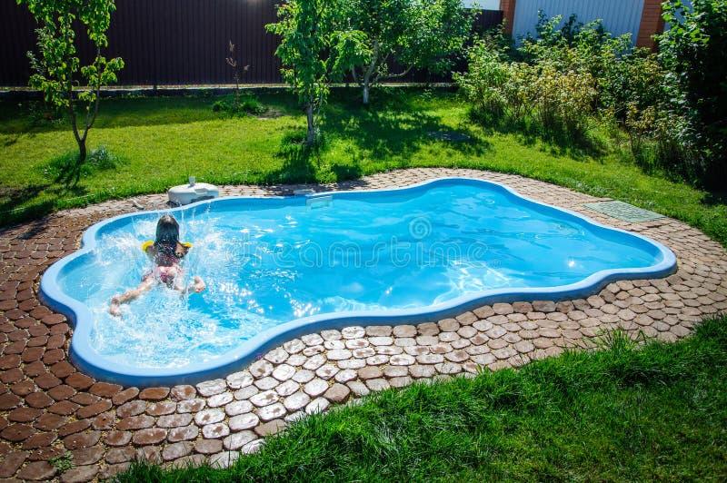 Download Weinig Pretmeisje Is Zwembad Stock Foto - Afbeelding bestaande uit vreugde, actief: 107705464