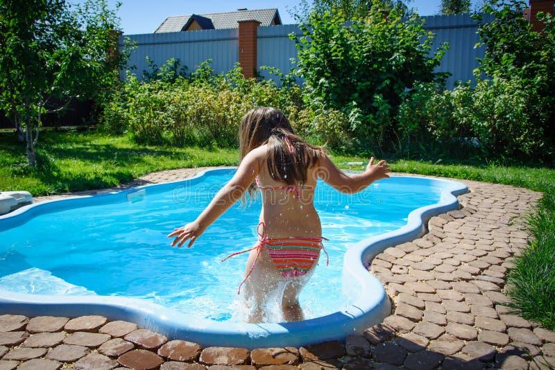 Download Weinig Pretmeisje Is Zwembad Stock Foto - Afbeelding bestaande uit pret, pool: 107705486