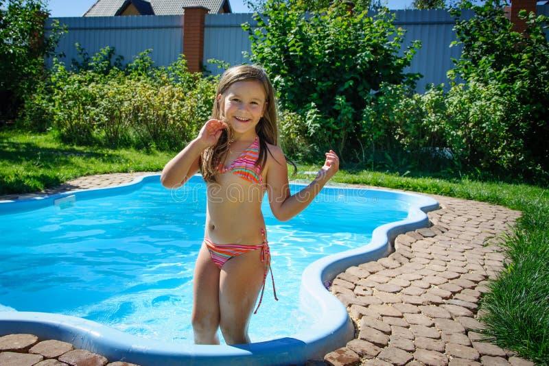 Download Weinig Pretmeisje Is Zwembad Stock Afbeelding - Afbeelding bestaande uit kaukasisch, kinderjaren: 107705537