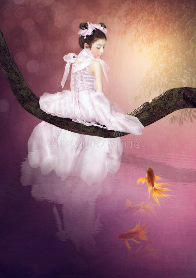 Weinig prinses en goudvis stock fotografie