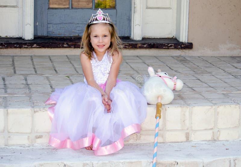 Weinig prinses met stuk speelgoed eenhoorn royalty-vrije stock afbeeldingen
