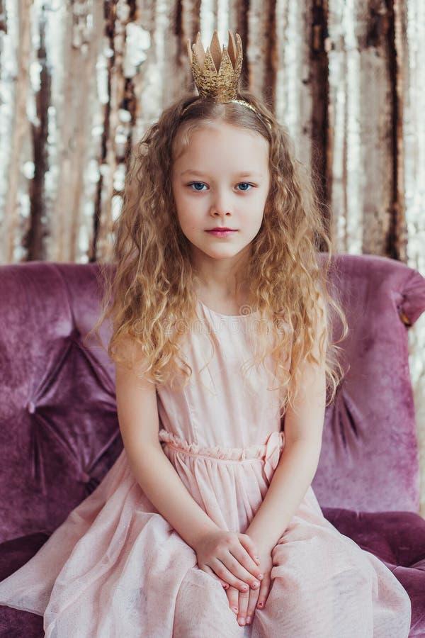 Weinig Prinses Mooi meisje met gouden kroon royalty-vrije stock foto's