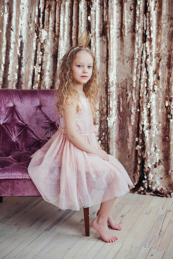 Weinig Prinses Mooi meisje met gouden kroon stock fotografie