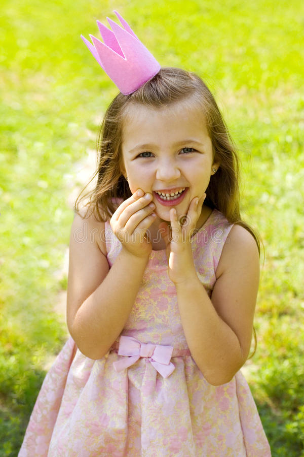 Weinig prinses in roze kleding en kroon royalty-vrije stock fotografie