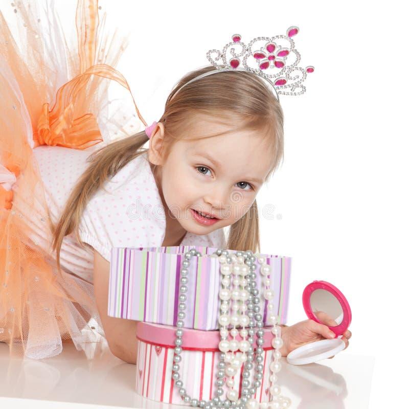 Weinig prinsesmeisje met een spiegel royalty-vrije stock afbeeldingen