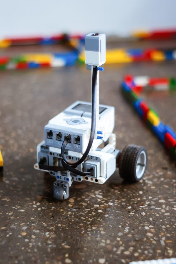 Weinig robot in het labyrint royalty-vrije stock afbeeldingen