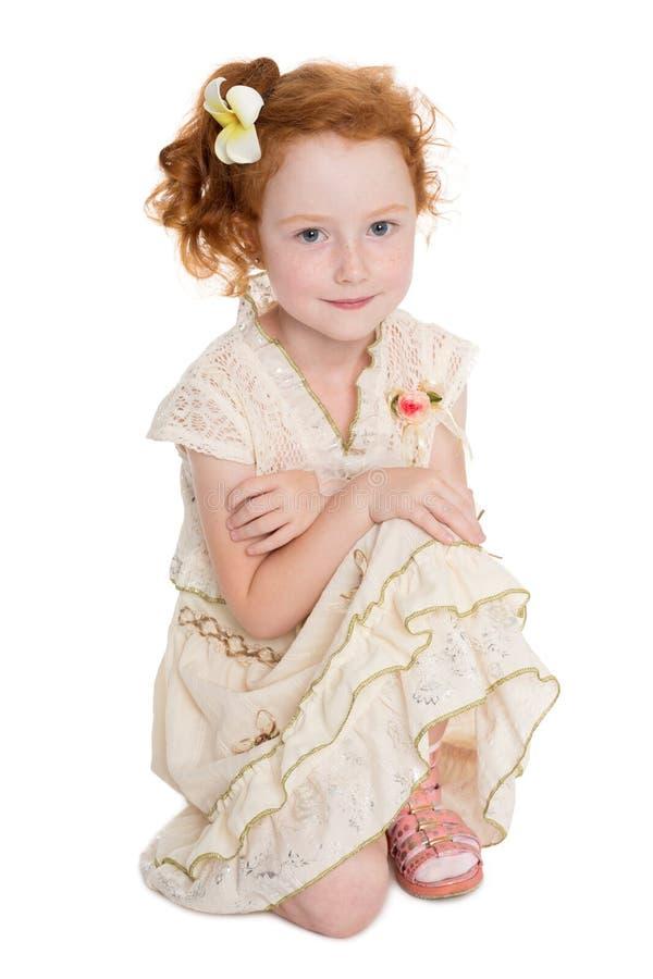 Weinig rode haired meisjeszitting royalty-vrije stock fotografie