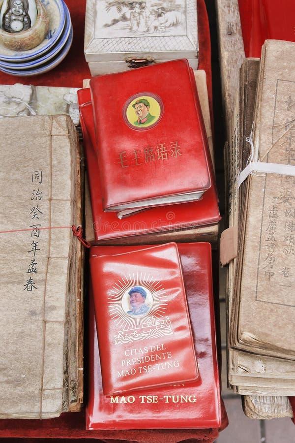 Weinig rood boek op een vlooienmarkt, Peking, China stock fotografie