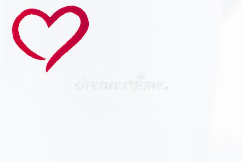 Weinig rood geschetst hart in de hoek van beeld op witte lege achtergrond royalty-vrije stock afbeeldingen
