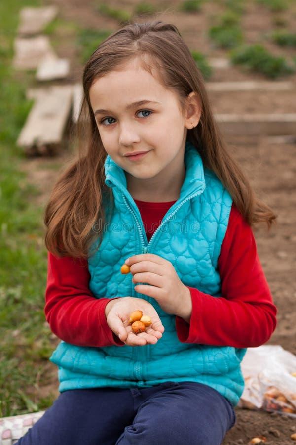 Weinig Russisch Meisje met Ui op haar dient de Lentetuin in royalty-vrije stock afbeeldingen