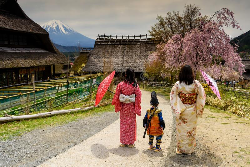 Weinig samoeraienjongen met zwaard en Twee Kimono Japanse vrouwen royalty-vrije stock foto's