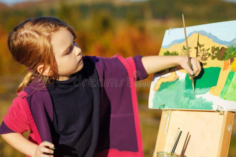 Weinig schilder aan het werk dichtbij waterval stock foto's