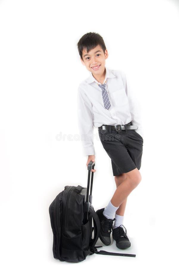 Weinig schooljongen die school van de studenten de eenvormige klaar eerste dag dragen royalty-vrije stock afbeelding