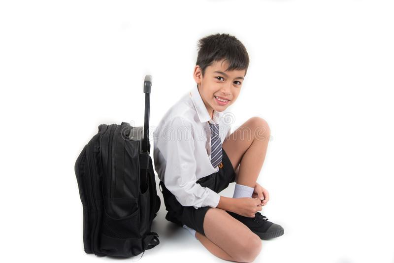 Weinig schooljongen die studenten eenvormige klaar voor de eerste dagschool dragen royalty-vrije stock foto