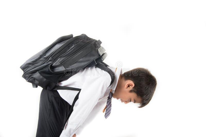 Weinig schooljongen die studenten eenvormige klaar voor de eerste dagschool dragen stock afbeeldingen