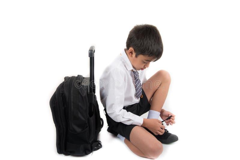 Weinig schooljongen in studenten eenvormige slijtage de schoenen stock foto's