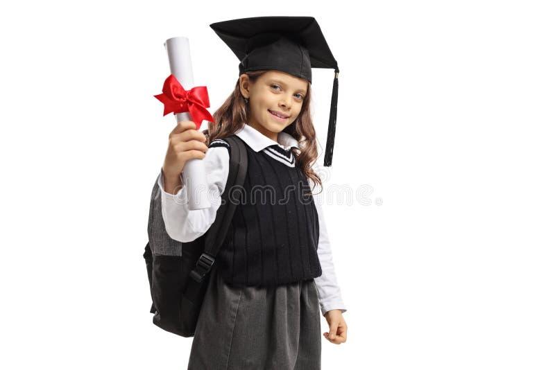 Weinig schoolmeisje met een graduatiehoed en een diploma royalty-vrije stock foto