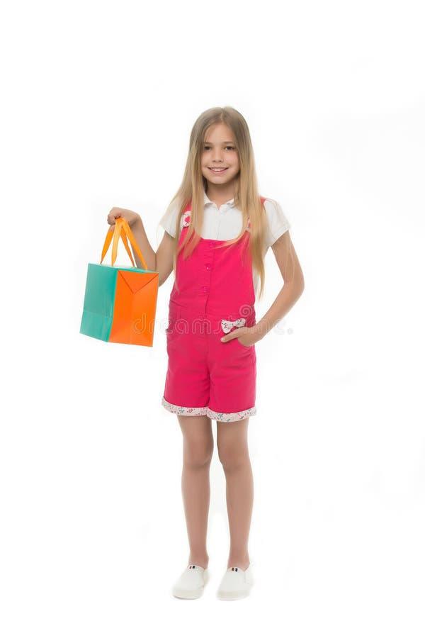 Weinig shopaholic Het kind koopt moderne punten in wandelgalerij Het meisje die gelukkig gezicht glimlachen draagt het winkelen w stock foto's