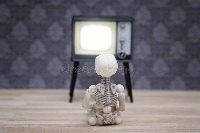 Weinig skelet en TV royalty-vrije stock fotografie