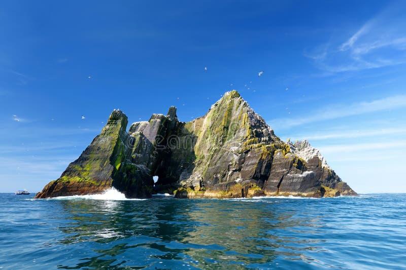 Weinig Skellig-Eiland, huis aan vele diverse zeevogels en de tweede - grootste jan-van-gentkolonie in de wereld, Provincie Kerry, stock foto