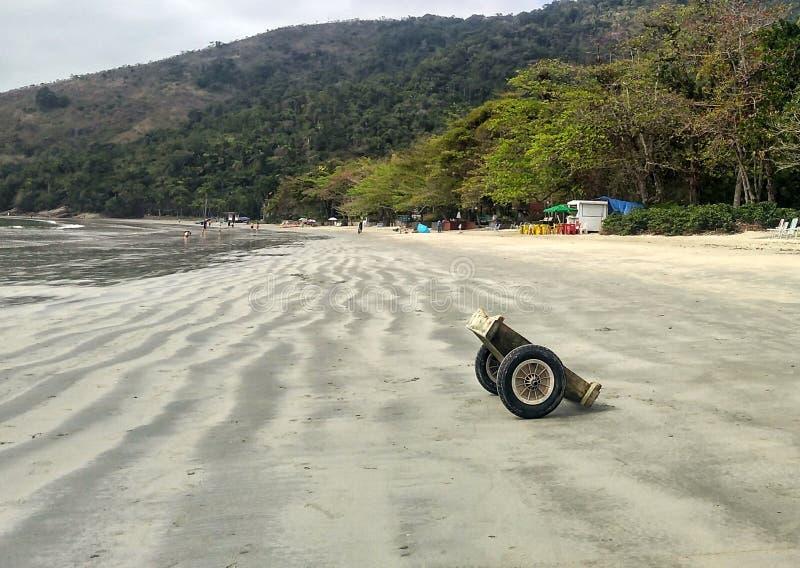 Weinig sleepboot in het strand stock afbeelding