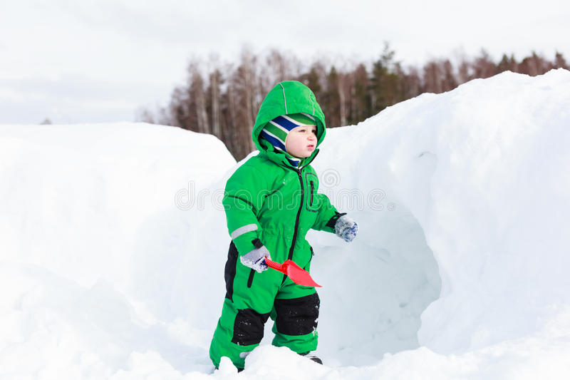 Weinig sneeuw van de jongens gravende winter royalty-vrije stock foto's