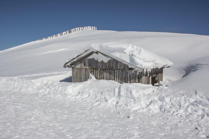 Download Weinig Sneeuwberghut stock afbeelding. Afbeelding bestaande uit skiing - 39105685