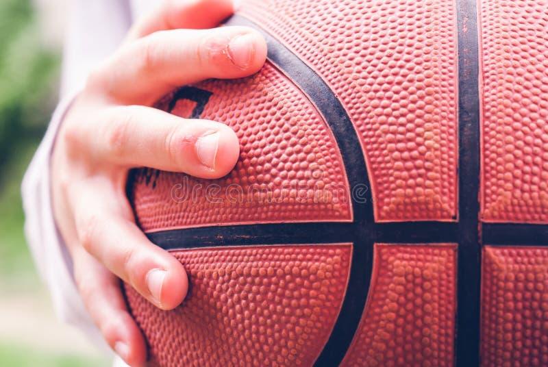 Weinig speler openlucht sensorische verbindingen van het kindbasketbal stock foto