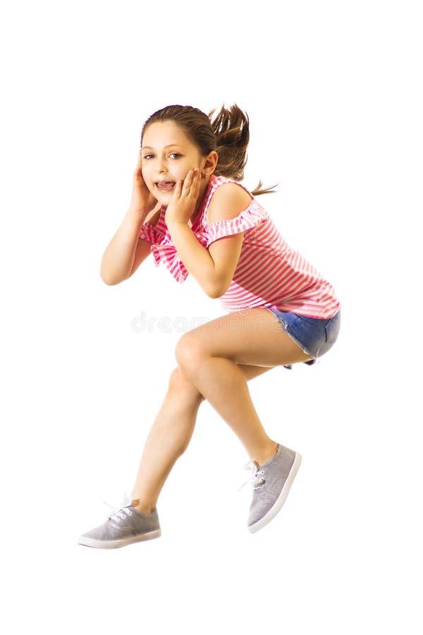 Weinig springend Kaukasisch meisje met hoofdtelefoons royalty-vrije stock afbeeldingen